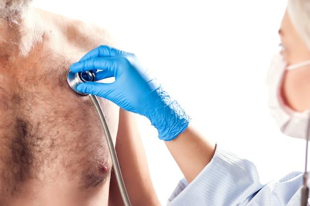 Arts in blauwe medische handschoenen die phonendoscope houden. geïsoleerd. mensen, geneeskunde en gezondheidszorg concept