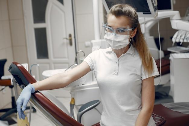 Arts in bril. vrouw kijken naar de camera. tandarts wacht op de patiënt