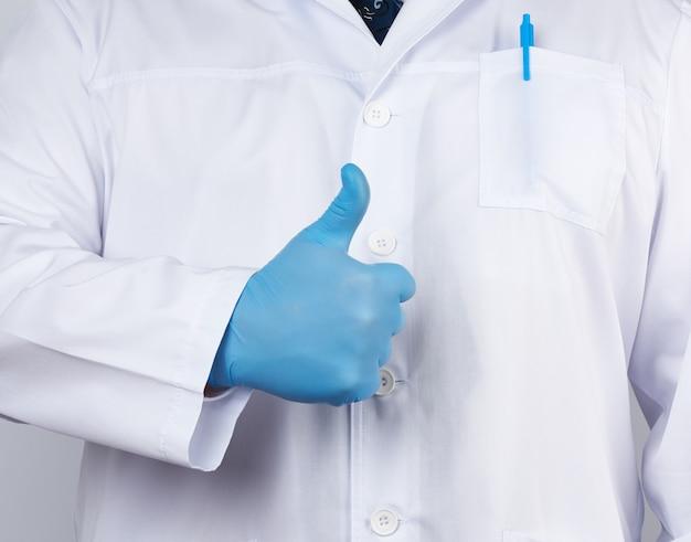 Arts in een witte jas en stropdas toont met zijn hand een gebaar als