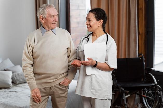 Arts in gesprek met haar hogere patiënt Premium Foto