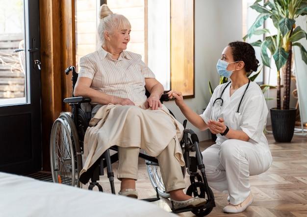 Arts in gesprek met haar oudere patiënt