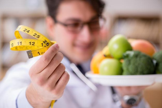 Arts in het op dieet zijn concept met groenten en fruit
