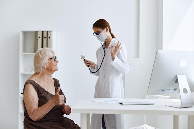 Arts in medisch masker patiëntonderzoek medisch specialist. hoge kwaliteit foto