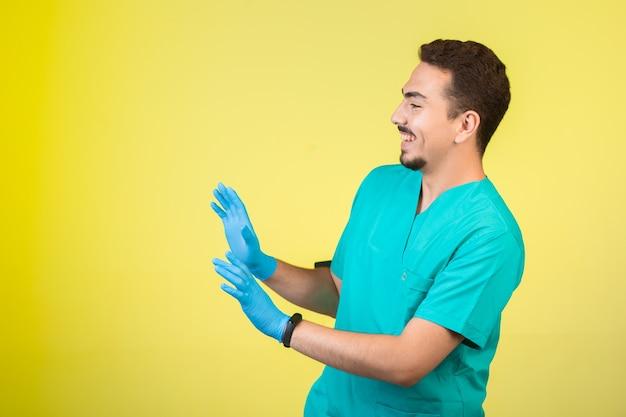 Arts in uniform en handmasker dat iets of iemand tegenhoudt.