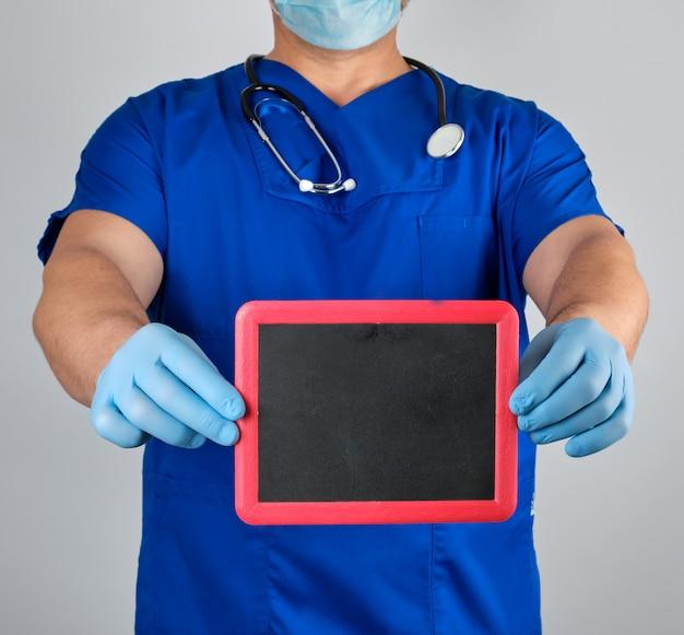 Arts in uniform en latex steriele handschoenen met een leeg zwart frame