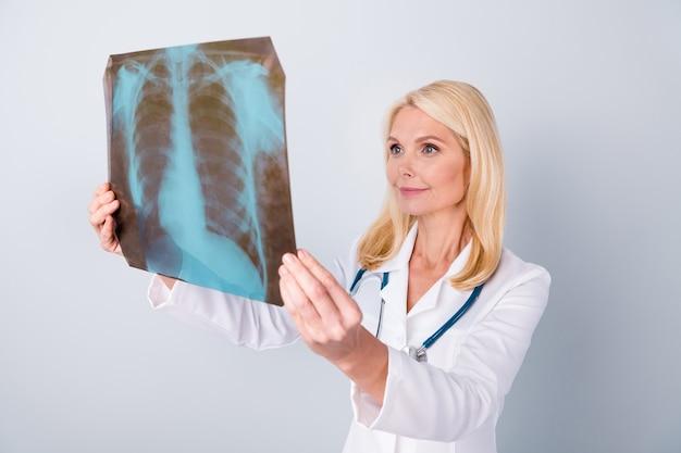 Arts in wit pak met stethoscoop houdt xray foto analyseren