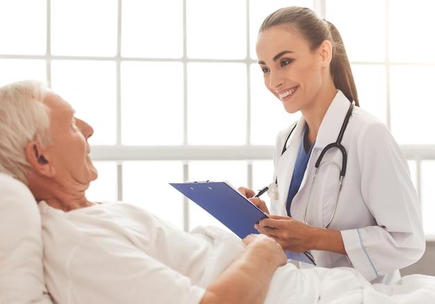 Arts in witte medische jas luistert naar haar oude patiënt