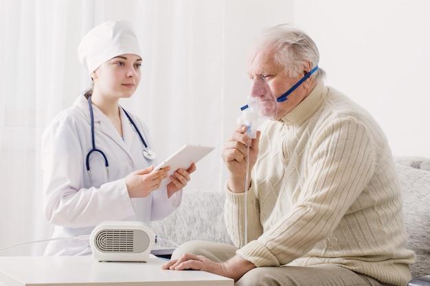 Arts inhaleert oudere man