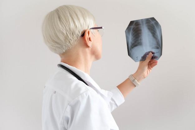 Arts kijkt naar x-ray foto. diagnostics. ziekenhuis en medicijnen