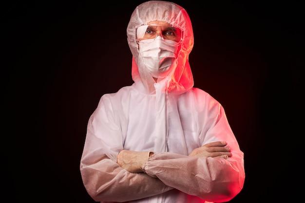 Arts man in beschermend masker of gasmasker voor bescherming tegen virusziekte