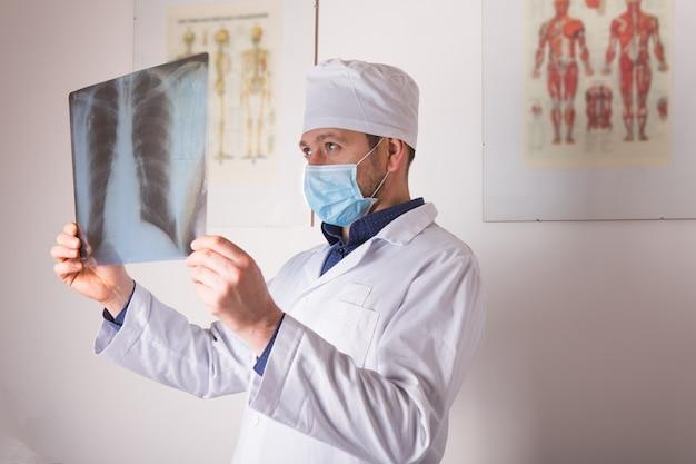 Arts man met röntgenfoto van longen, fluorografie, röntgen op wit wordt geïsoleerd