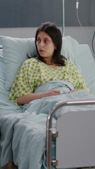 Arts medic onderzoekt zieke vrouw patiënt tijdens farmaceutische afspraak in ziekenhuisafdeling in