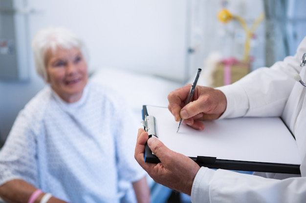 Arts medisch rapport bespreken met senior patiënt