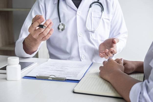 Arts medische resultaten bespreken met een patiënt