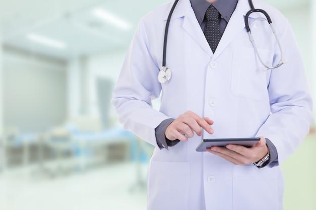 Arts met behulp van een digitale tablet in het ziekenhuis.