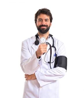 Arts met bloeddrukmeter op witte achtergrond