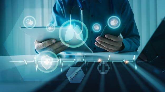 Arts met diagnose virtuele menselijke longen vr-interfaceschermtechnologie van medisch, gezondheidszorg en geneeskunde voor covid-19-concept.