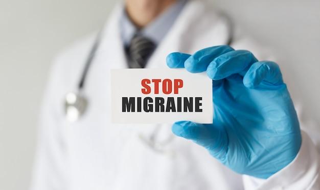 Arts met een kaart met tekst stop migraine, medisch concept