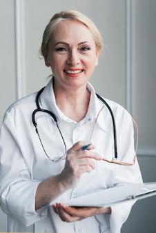 Arts met een medisch rapport