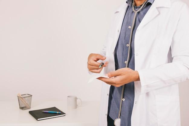 Arts met een naald
