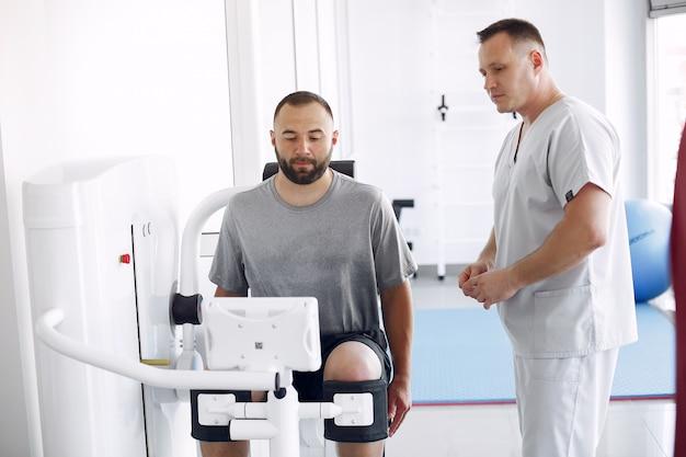 Arts met een patiënt in de kliniek voor fysiotherapie