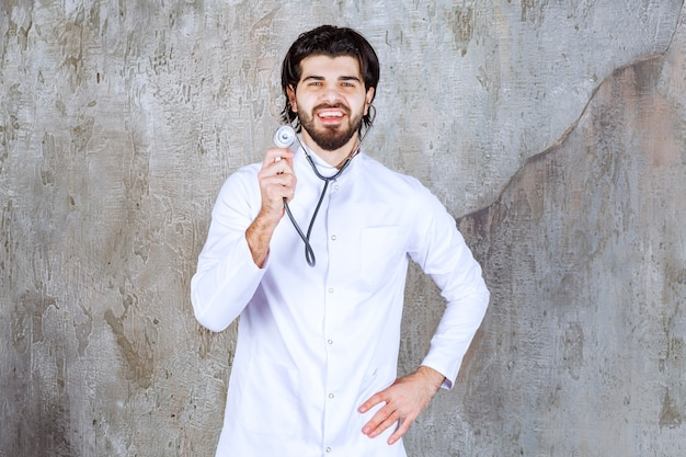 Arts met een stethoscoop die een snelle controle van de lever uitvoert