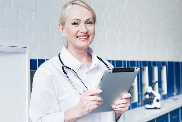 Arts met een stethoscoop en een tablet