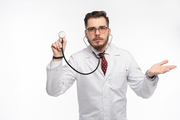 Arts met een stethoscoop in de hand, medische zorgconcept