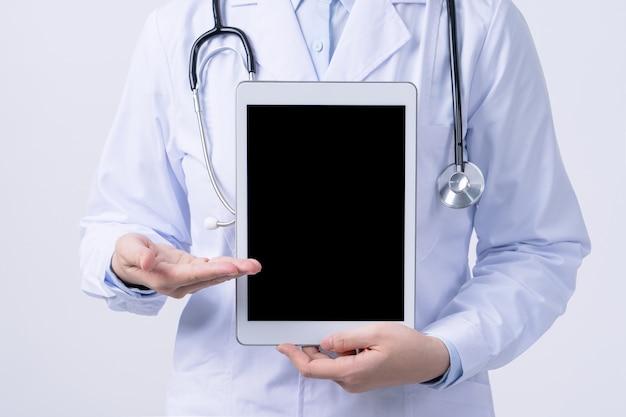Arts met een stethoscoop in een tablet van de witte laagholding