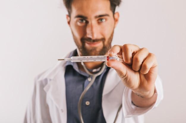 Arts met een thermometer