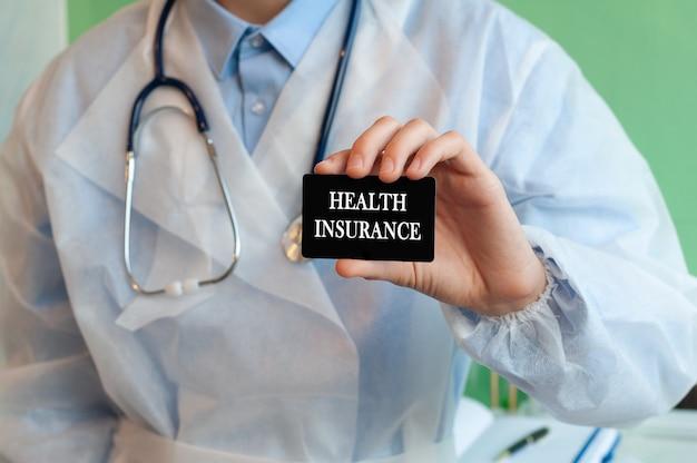 Arts met een zwarte kaart met tekst ziektekostenverzekering
