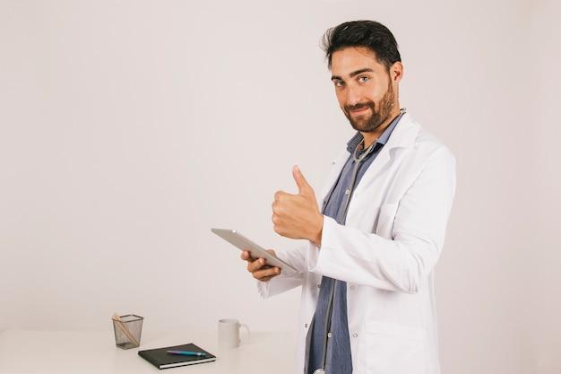 Arts met ipad en duim omhoog