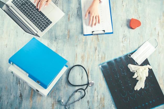 Arts met medische apparatuur op bureau