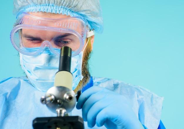 Arts met microscoop. wetenschappelijk onderzoek. medische apparatuur. laboratoriumonderzoeker concept.