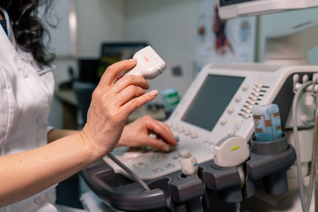 Arts met professionele apparatuur. echografiescanner in de handen van de arts. diagnostiek. echografie