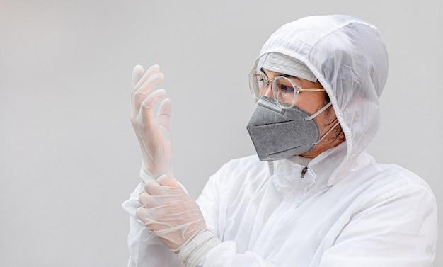 Arts met reageerbuis positief virus. onderzoek van virussen in laboratorium. wetenschapper in biologisch beschermend epidemie virus uitbraak concept