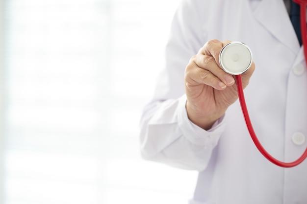 Arts met rode kleurenstethoscoop
