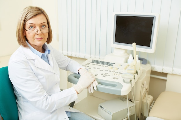Arts met ultrasone apparatuur