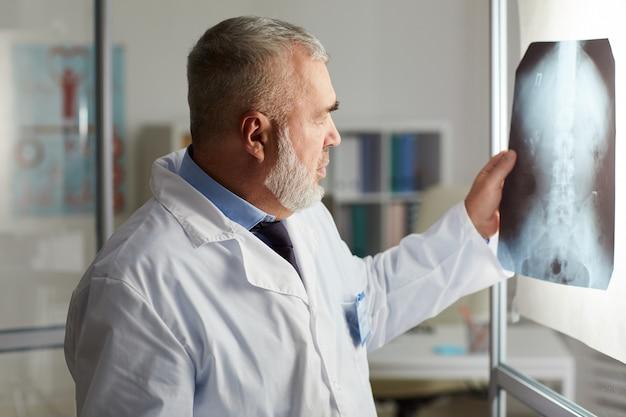 Arts met x-ray beeld van zijn patiënt