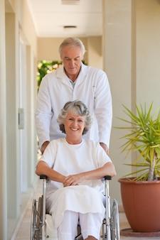 Arts met zijn patiënt in haar rolstoel