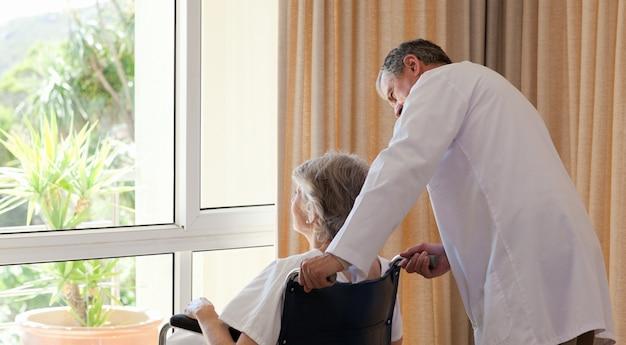 Arts met zijn patiënt kijkt uit het raam