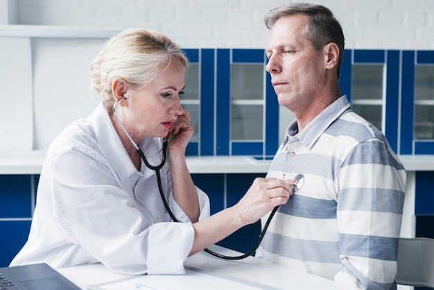 Arts neigt naar een patiënt