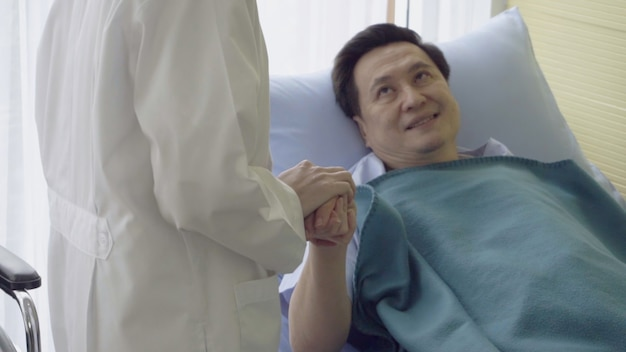 Arts of arts zorgt voor zieke patiënt in het ziekenhuis of de medische kliniek