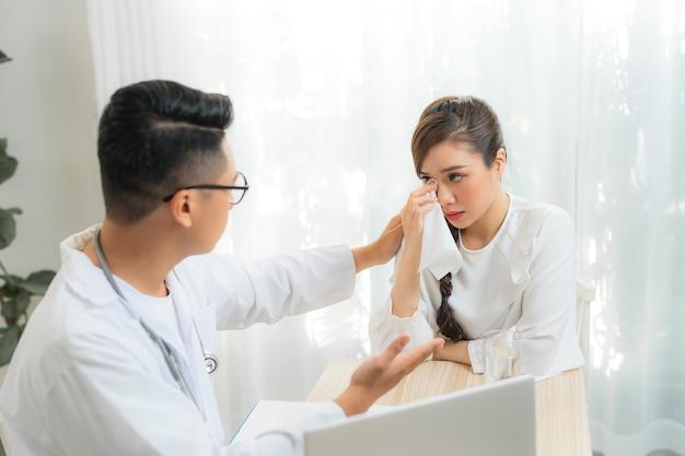 Arts of psychiater raadplegen en diagnostisch onderzoeken van stressvolle vrouw patiënt op verloskundige