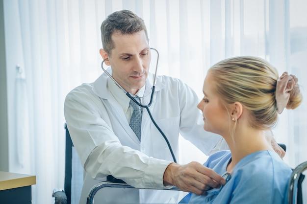 Arts onderzocht de pols van de patiënt, arts die de pols van de jonge vrouw in het ziekenhuis controleert
