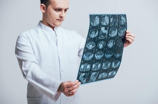 Arts onderzoekt aandachtig de mri-scan van de patiënt.