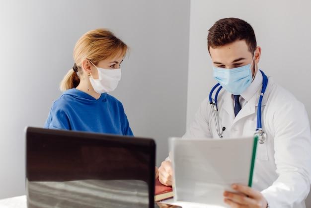 Arts onderzoekt de patiënt. geneeskunde en gezondheidszorg concept.