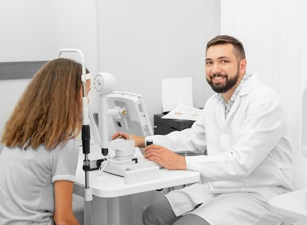 Arts onderzoekt een meisje gezichtsvermogen