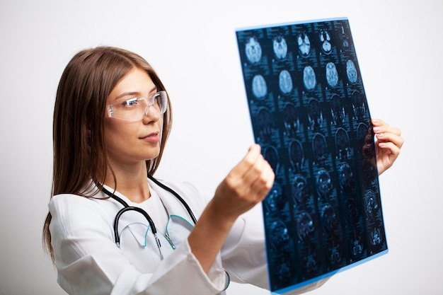 Arts onderzoekt een mri-beeld van het hoofd van de patiënt