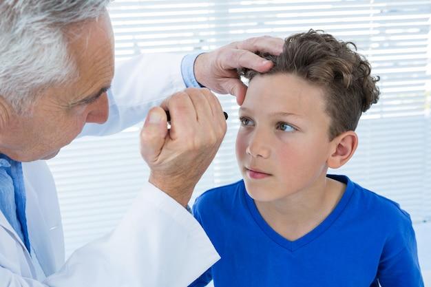 Arts onderzoekt patiënt oog